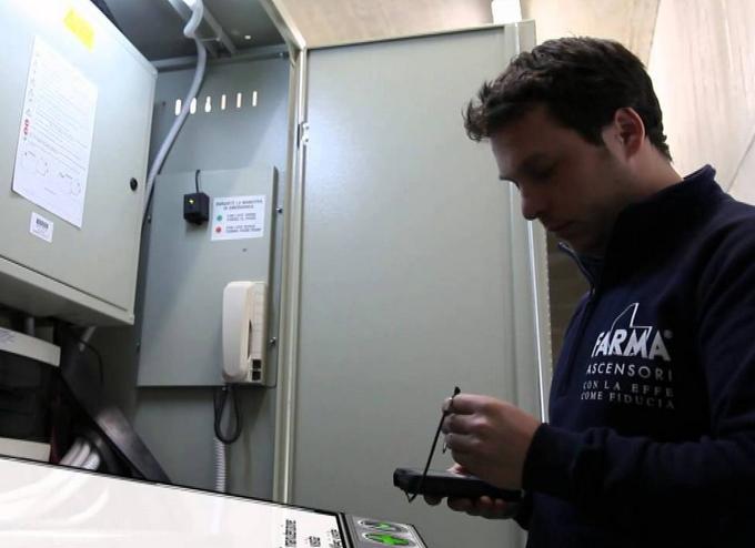 Tecnico durante una manutenzione