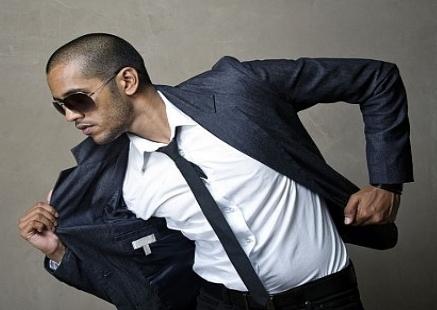 Ragazzo con cravatta nera stretta